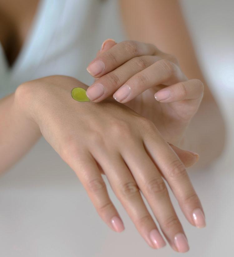 olio di oliva mani